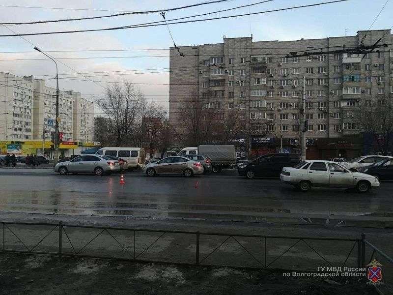 """В Волгограде юноша из-за своей невнимательности угодил под колеса """"десятки"""""""