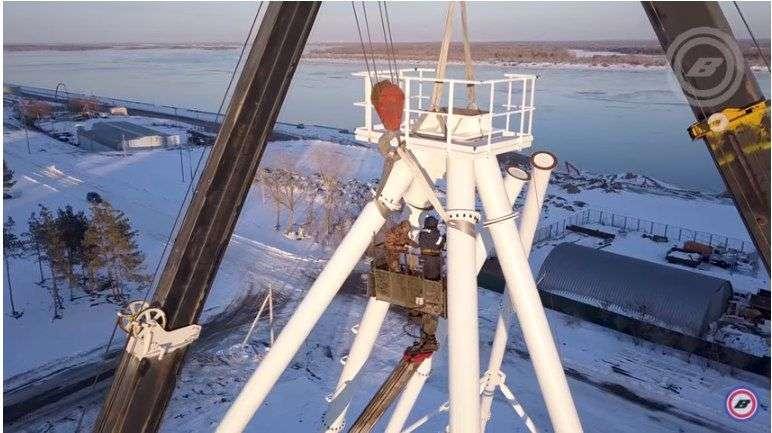 В Волгограде квадрокоптер запечатлел возведение в ЦПКиО 50-метрового колеса обозрения