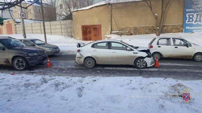 В Волгограде автоледи на «BMW» устроила массовое ДТП