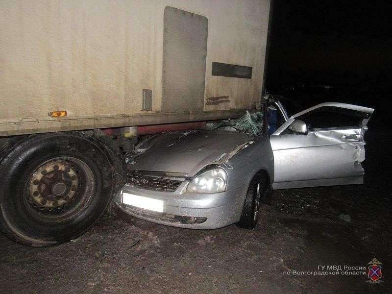 Водитель «Приоры» заехал под грузовик