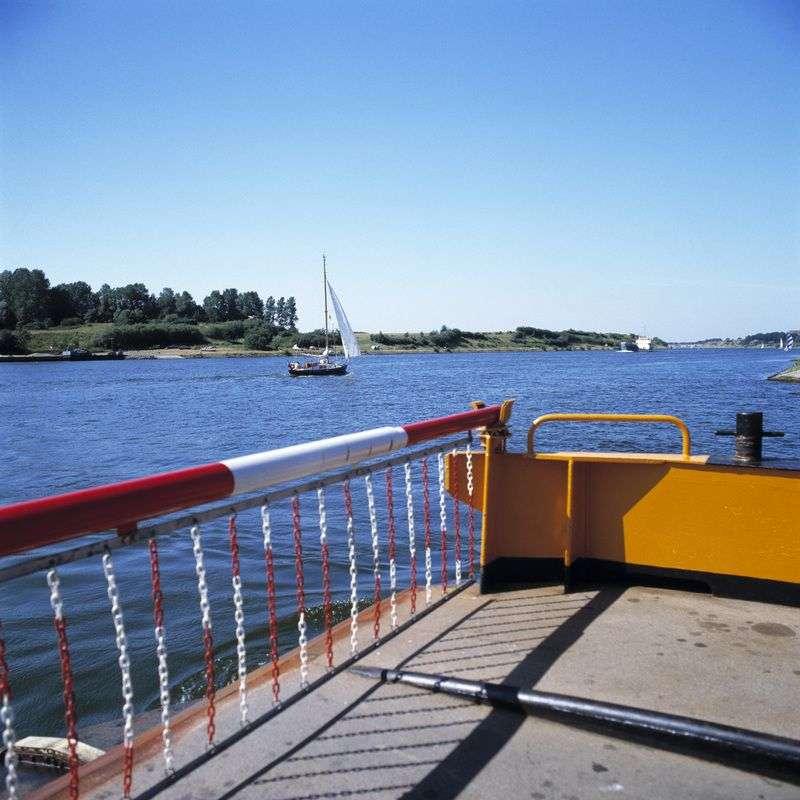 Работу парома «Дачник-1» приостановили из-за сброса на ГЭС