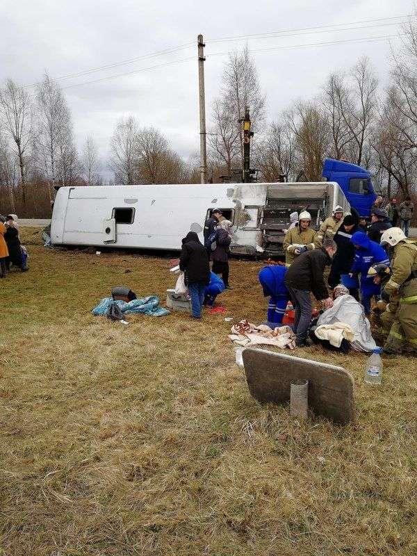 В Тверской области перевернулся междугородний рейсовый автобус: есть погибшие. ФОТО