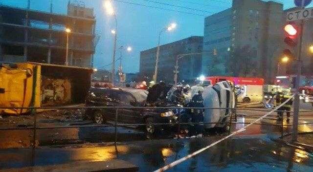 В Москве грузовик с щебнем протаранил две легковушки