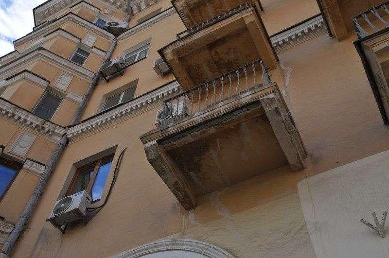 У домов в центре Волгограда продолжают крошиться балконы