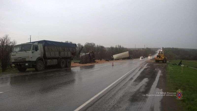 Под Волгоградом столкнулись Камаз и грузовик: есть погибший