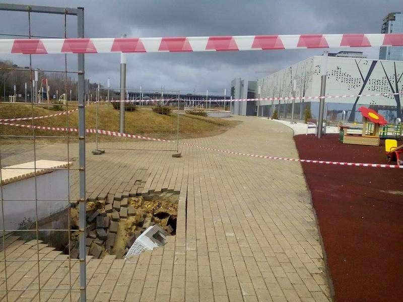 В Волгограде посыпалось благоустройство возле интерактивного музея