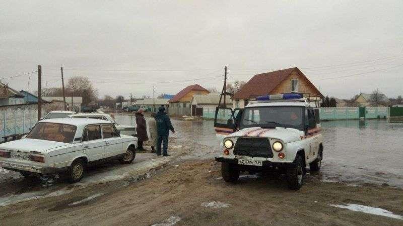 Районы Волгоградской области продолжают уходить под воду