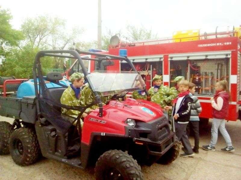 Юные волгоградцы познакомились пожарной техникой