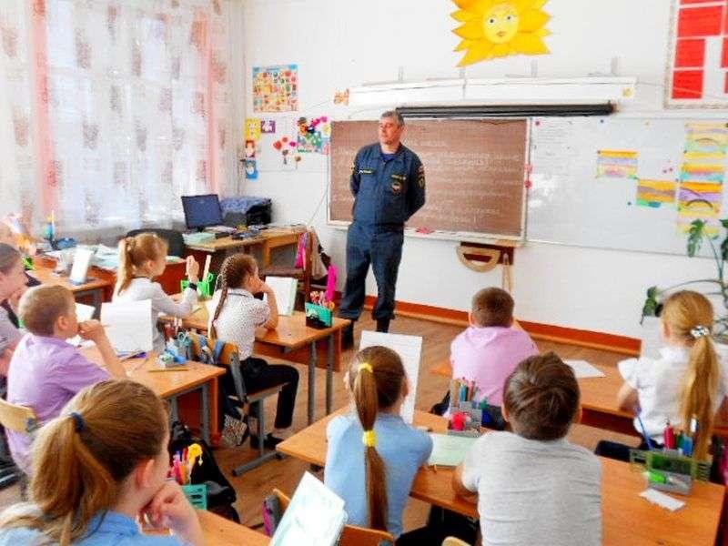 Пожарные рассказали детям о средствах защиты в случае ЧП