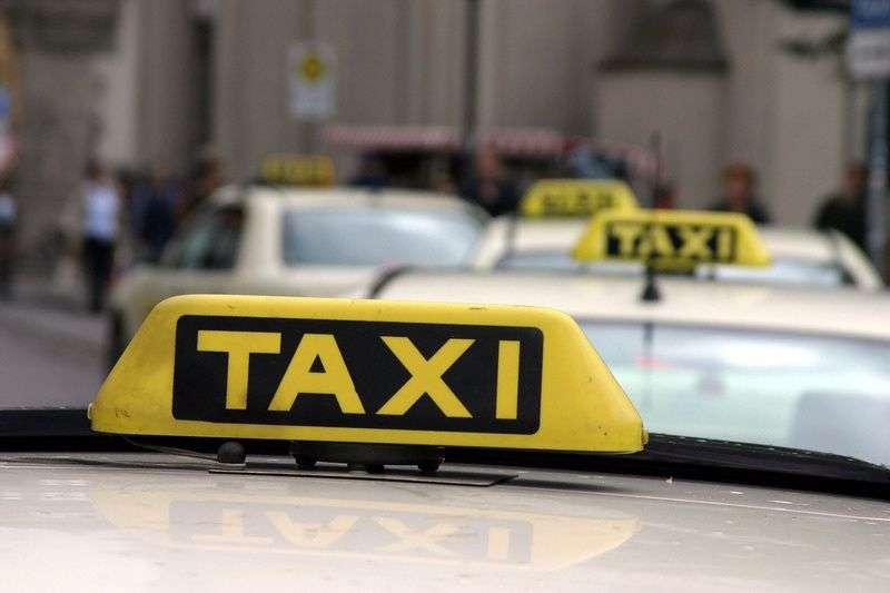 Таксист в Волгограде обокрал пассажирку