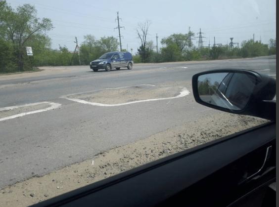 Жители Ерзовки разрисовали рассыпавшуюся после ремонта дорогу