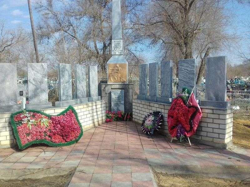 Власти Жирновского района заставили отремонтировать братскую могилу