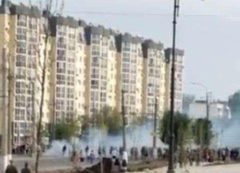 В Волгограде футбольный фанат с фаером напугал горожан. ВИДЕО