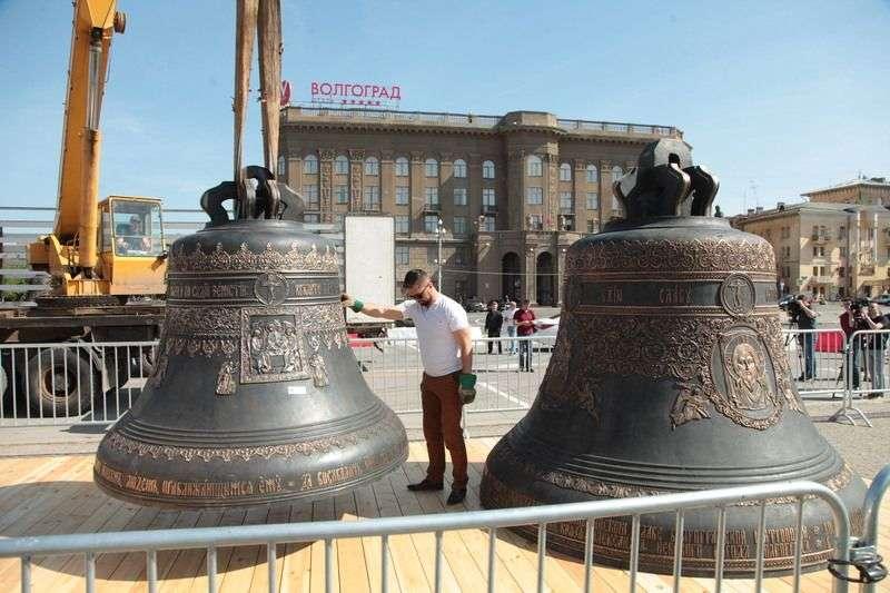В Волгограде перед собором Александра Невского установили 18 колоколов
