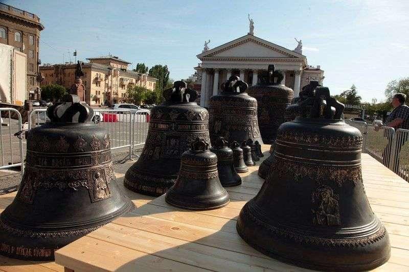 В Волгограде перед собором Александра Невского установили 18 колоколов. ФОТО