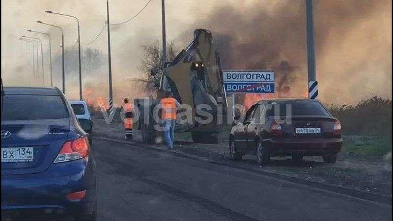 На въезде в Волгоград начался адский пожар. ВИДЕО