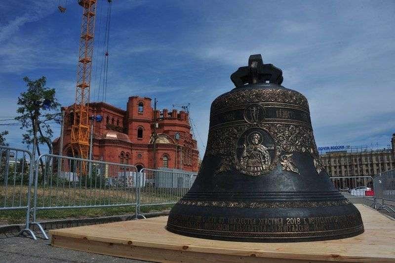 В Волгоград для храма Александра Невского привезли 12-тонный колокол
