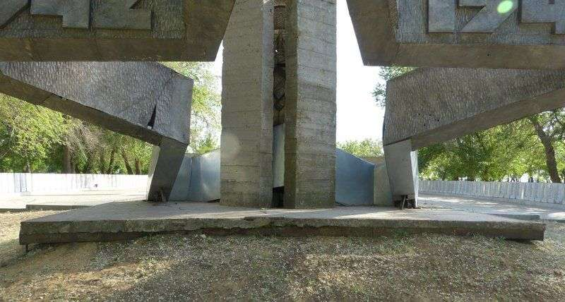 Под Волгоградом стела на Братской могиле грозит обрушением