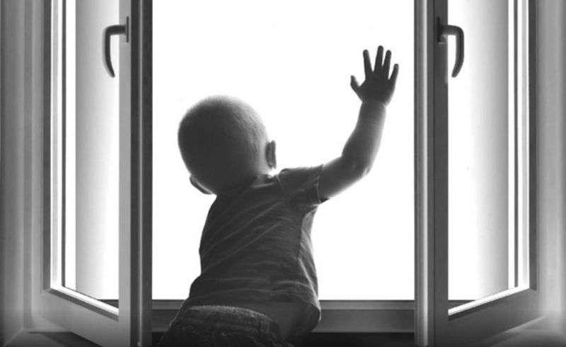 В Михайловке из окна 4-го этажа выпал маленький ребенок