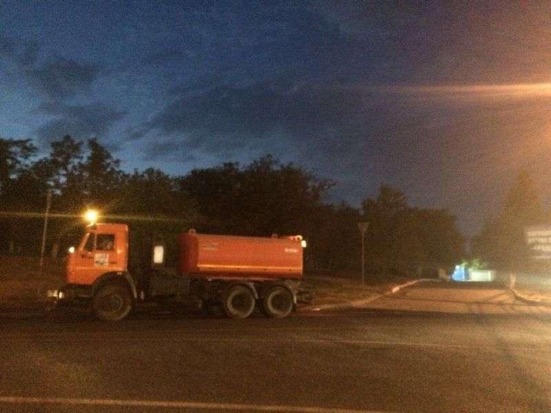 В Волгограде начали обрабатывать дороги от наледи