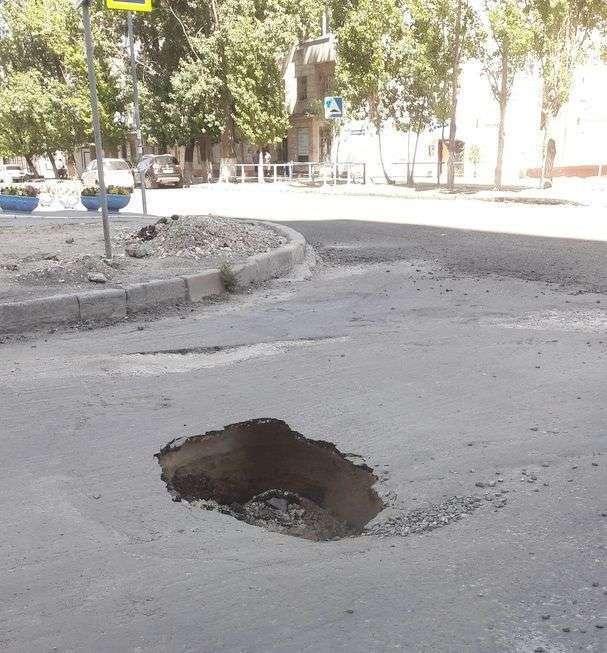 В Ворошиловском районе на новой дороге провалился асфальт