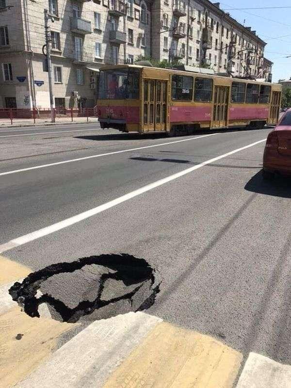В Волгограде продолжает уходить под землю свежеуложенный асфальт