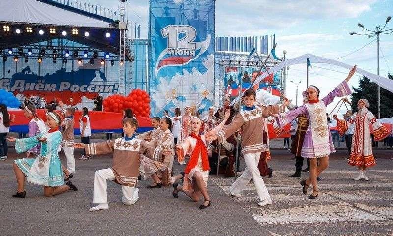 В Волгограде развернут  стометровый флаг России
