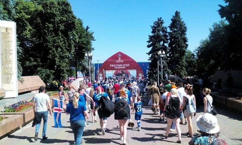 Иностранцы выстроились в очередь за водой в Волгограде