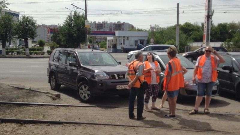 Водитель внедорожника остановил движение трамваев в Волгограде