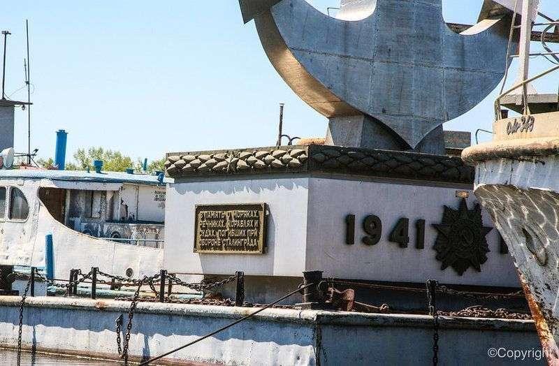 Второй год в Волге не могут установить памятник погибшим речникам