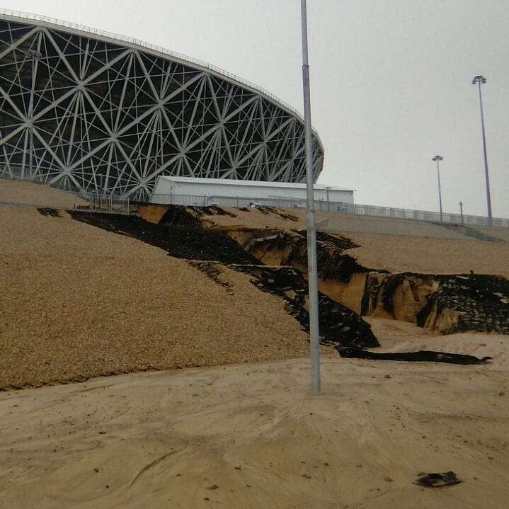 """В Волгограде у стадиона """"поплыло"""" берегоукрепление"""