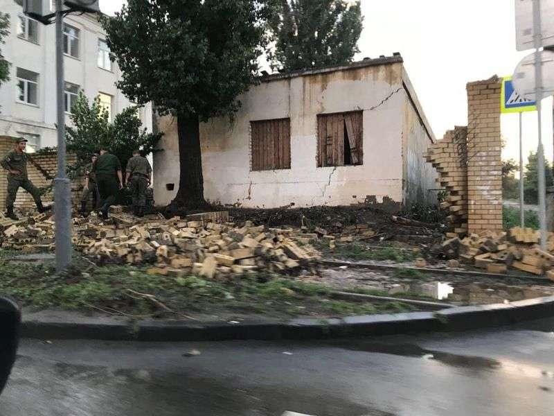 Молния в Волгограде разрушила кирпичную стену возле Красных казарм