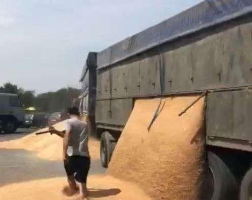 Недовольный водитель разгрузил зерно на трассе назло полицейским. Видео