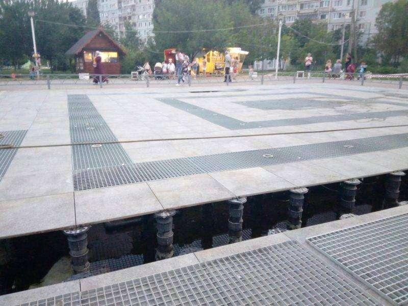 В Дзержинском районе новый фонтан закрыли на ремонт