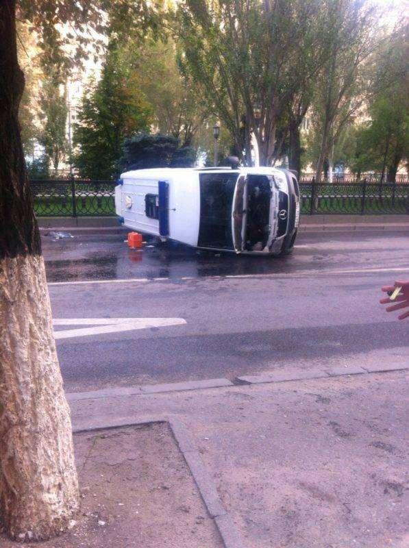 """В центре Волгограда такси перевернуло """"скорую"""" с беременной женщиной"""