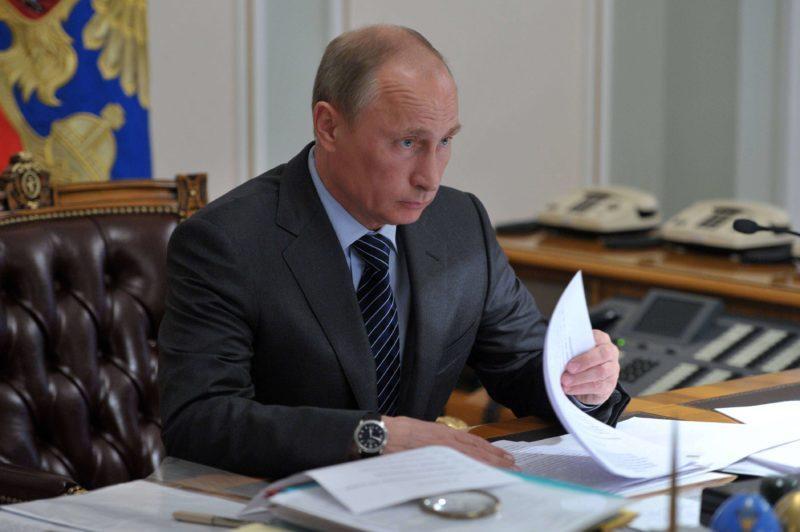 Путин предложил выдавать премии российским учителям