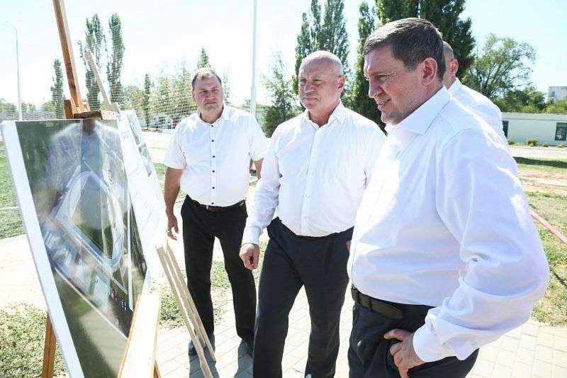 Андрей Бочаров проверил ход реконструкции парка Юбилейный и стадиона Темп