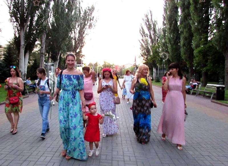 В Волгограде красивые женщины провели флешмоб