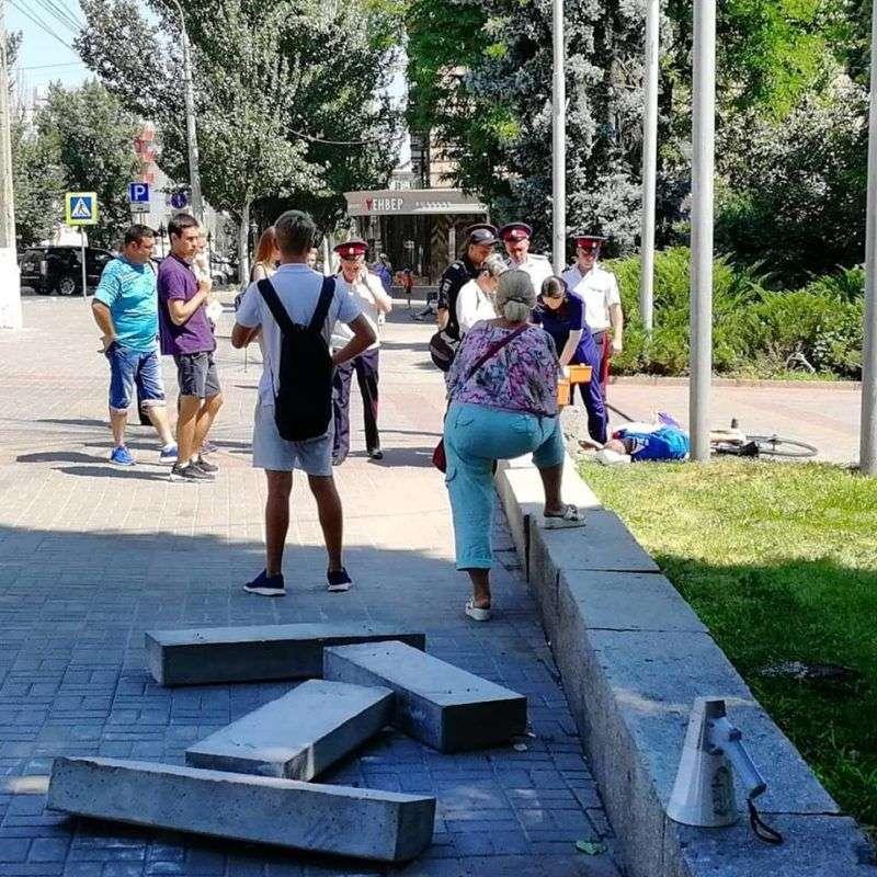В центре Волгограда внезапно упал и умер велосипедист