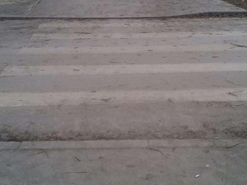 В Волгограде водитель на легковушке сбил мужчину с ребенком на руках