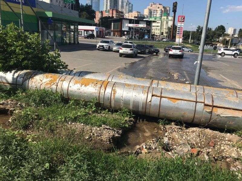 """В Волгограде у офиса """"Концессии водоснабжения"""" прорвало теплопровод"""