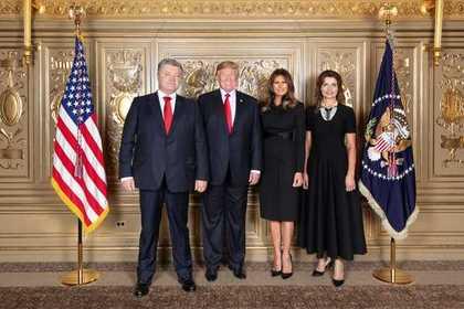 В сети высмеяли фото Порошенко и Трампа с женами
