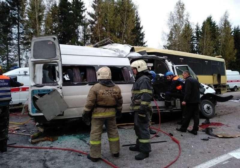 В Тверской области при столкновении маршрутки с автобусом погибли 13 человек