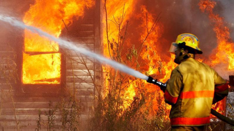 Из горящего дома пожарные спасли двух человек