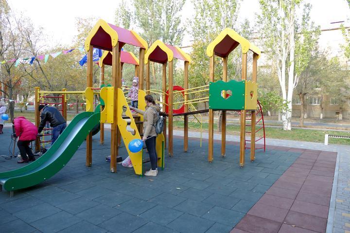 В Волжском установят покрытие для детской площадки
