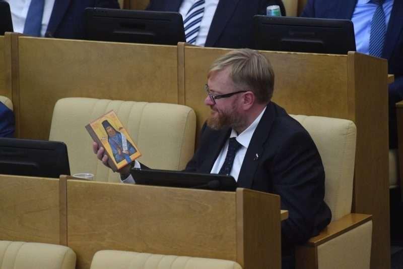 Милонов предложил запретить школьникам пользоваться косметикой и красить волосы