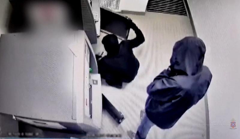 В Волгограде разыскивают подозреваемых в краже денег из банкомата