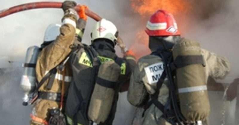 В Калачёвском районе на трассе у полуприцепа «Тонар» загорелись колеса