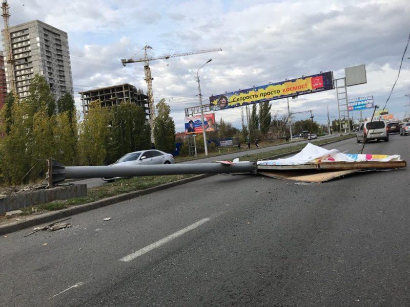 Сильный ветер в Волгограде валит рекламные щиты и деревья