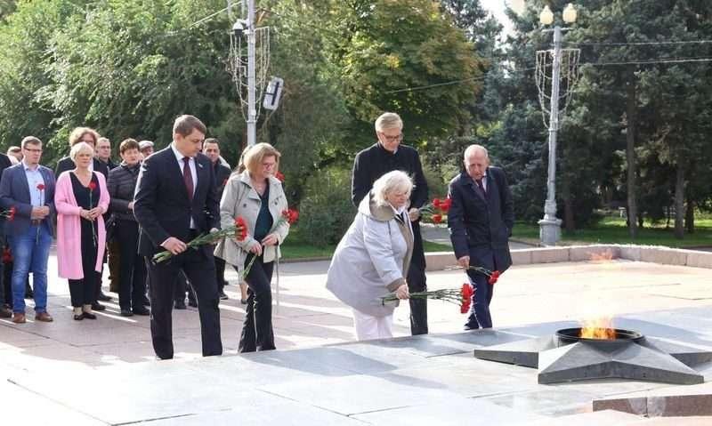 Депутаты из Германии возложили цветы к Вечному огню на площади Павших Борцов